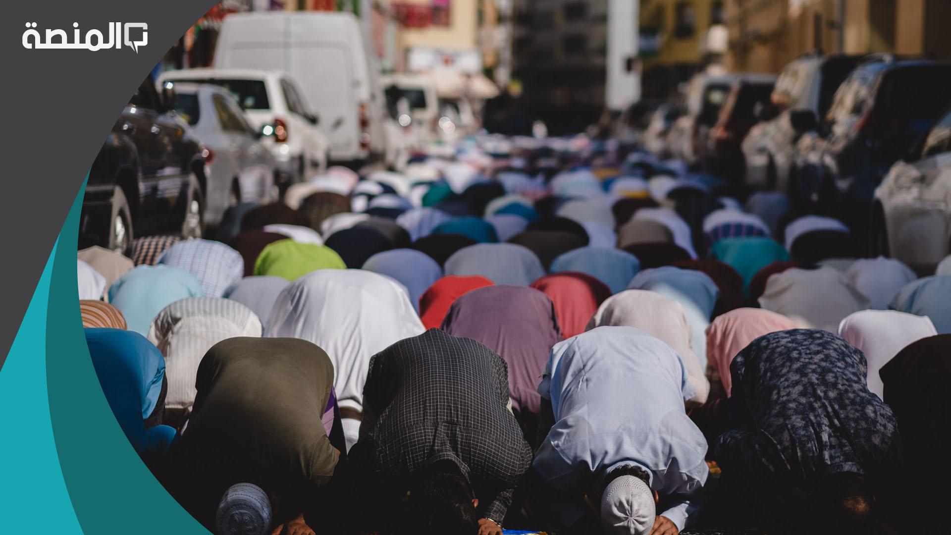 تفسير رؤية شخص اعرفه يصلي في المنام المنصة
